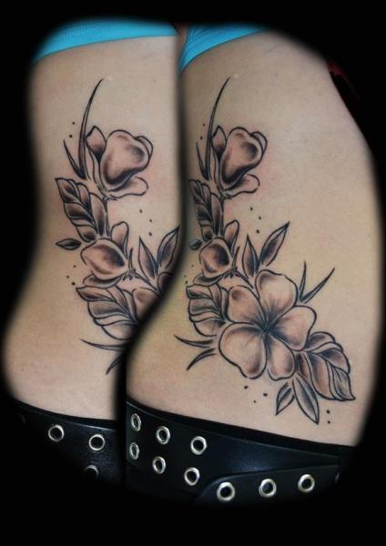 Tatuaggio Fiore Fianco di Die Stichelei