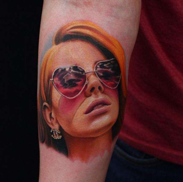 Tatuaje Brazo Realista Mujer por Nemesis Tattoo