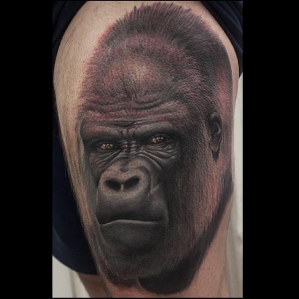 Tatuaje Realista Muslo Gorila por Nemesis Tattoo