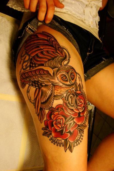 Old School Blumen Eulen Oberschenkel Tattoo von Seven Devils
