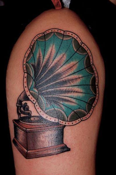 Oberschenkel Grammophon Tattoo von Seven Devils