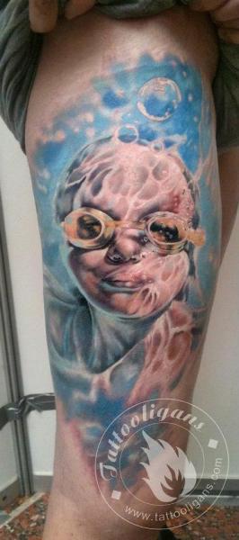 Tatuaje Realista Niños Mar Muslo por Tattoo Ligans