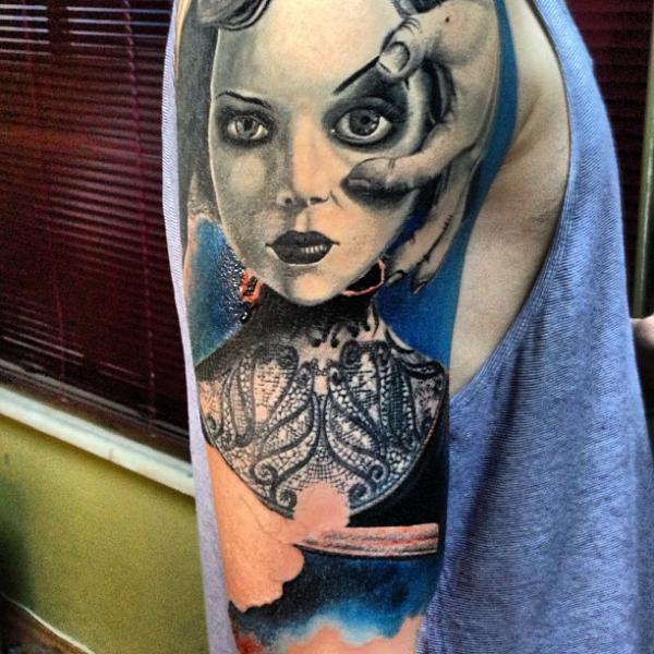 Tatuaggio Spalla Donne di Vaso Vasiko Tattoo