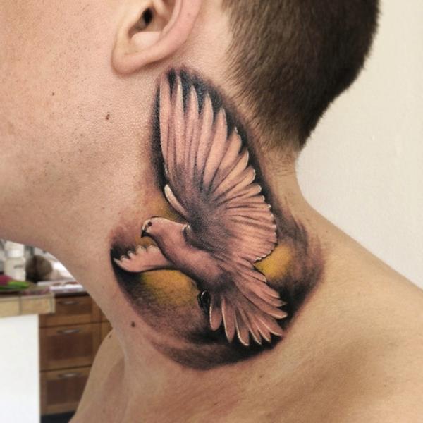 Realistische Schwalben Nacken Tattoo von Yomico Art