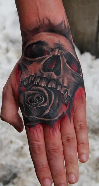 Totenkopf Hand Tattoo von Bio Art Tattoo