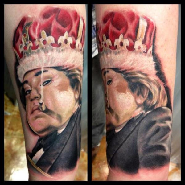 Tatuaje Brazo Retrato Corona por Requiem Body Art