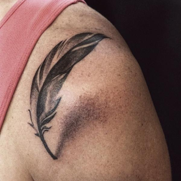 Schulter Feder Tattoo Von Allen Tattoo