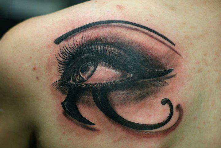 Tatuaje Espalda Ojo por Chris Gherman