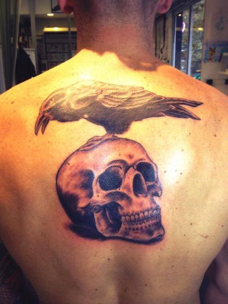 Totenkopf Rücken Krähen Tattoo von Face Tattoo