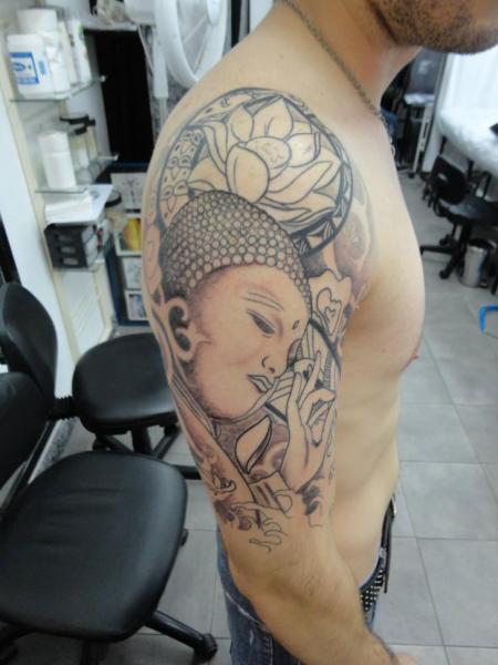 Tatuaggio Spalla Buddha di Lorenzo Arte Y Tatuaje