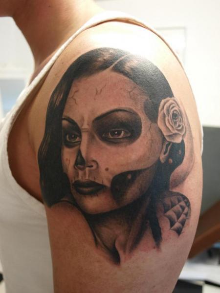 Schulter Mexikanischer Totenkopf Frauen Tattoo von Freaky Colours