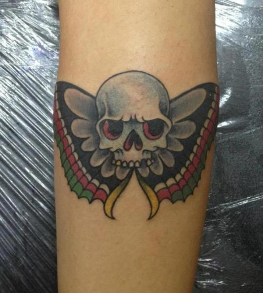 Arm Totenkopf Motte Tattoo von Salo Tattoo
