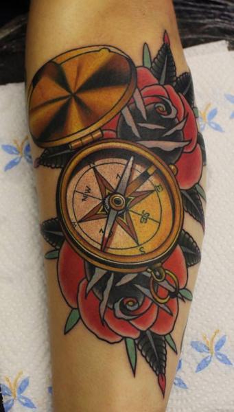 Tatuaje Brazo Old School Brújula por No Regrets Studios