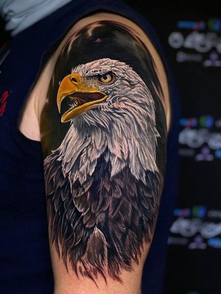 Tatuaggio Braccio Realistici Aquila di Heaven Of Colours