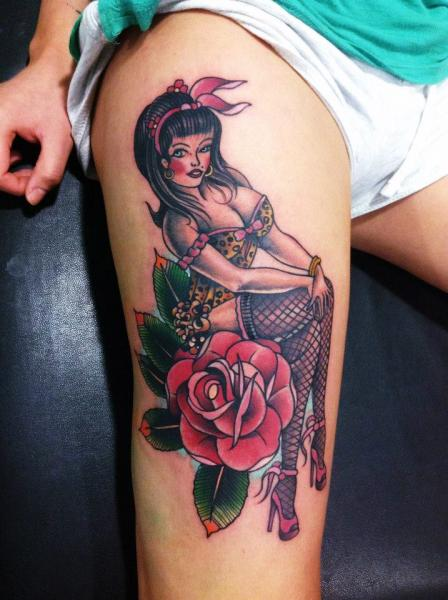 Tatuajes Pin Up tatuaje old school pin-up muslo por jh tattoo