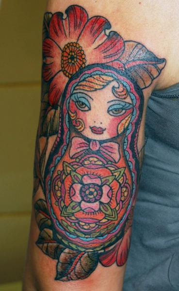 Tatuaje Brazo Matryoshka por Stademonia Tattoo