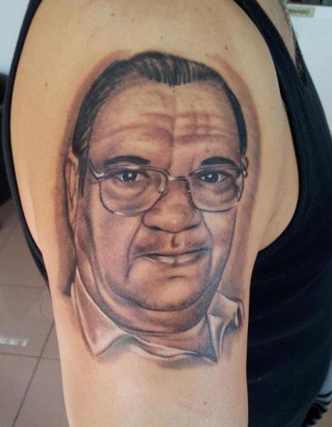 Schulter Porträt Realistische Tattoo von Tattoo Lucio