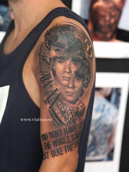 Tatuaje Hombro Retrato Reloj por V Tattoos