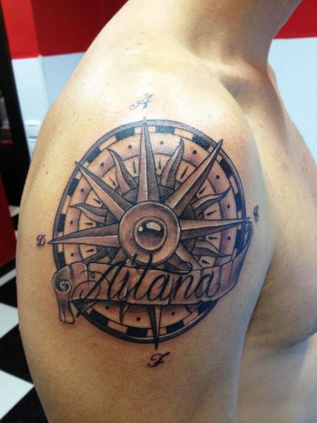 Tatuaggio Spalla Scritte Sole di Wanted Tattoo
