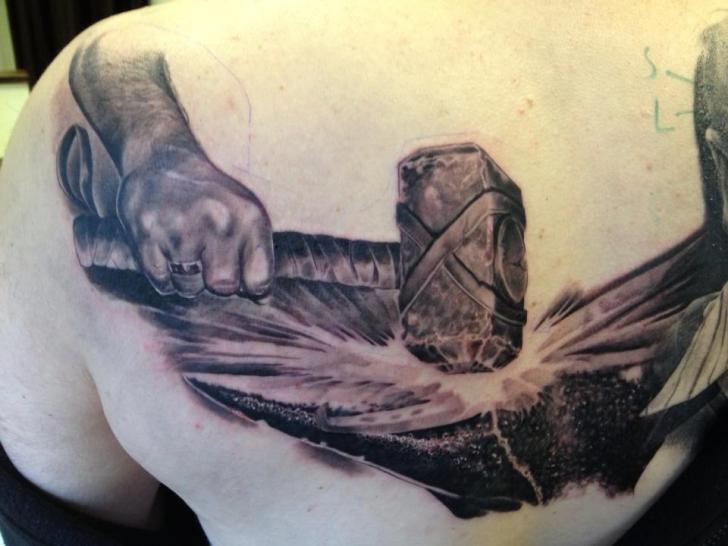 Rücken Hammer Tattoo von Mia Tattoo