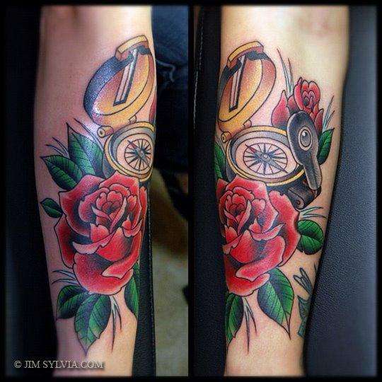 Tatuaje Brazo Old School Flor Brújula por Jim Sylvia
