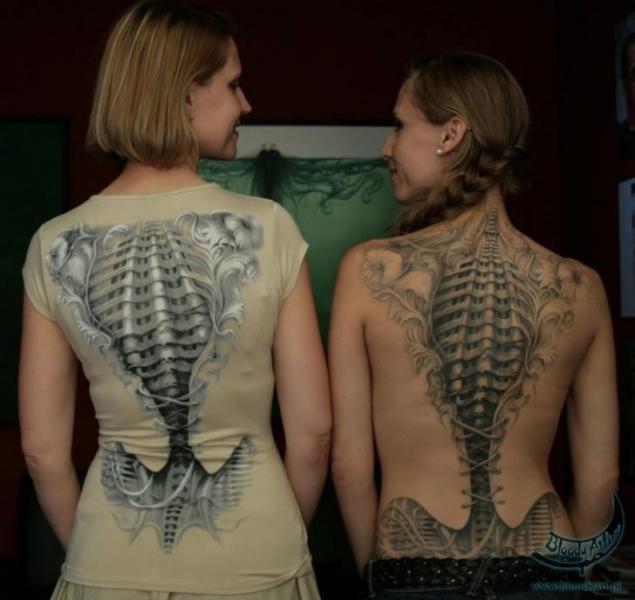 Tatuaje Biomecánica Espalda Esqueleto por Bloody Art