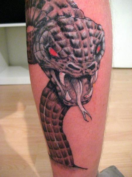 Tatuaje Realista Serpiente Pierna por Tattoo Hautnah