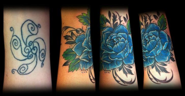 Tatuaje Flor Cover-up por Tattoo Chaman