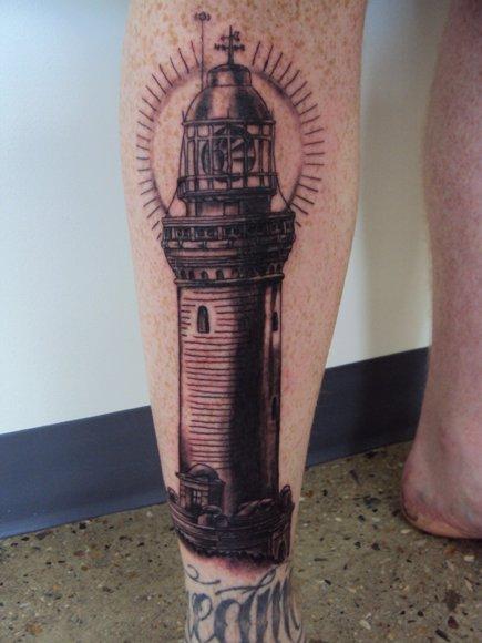 realistische waden leuchtturm tattoo von bad apples tattoo