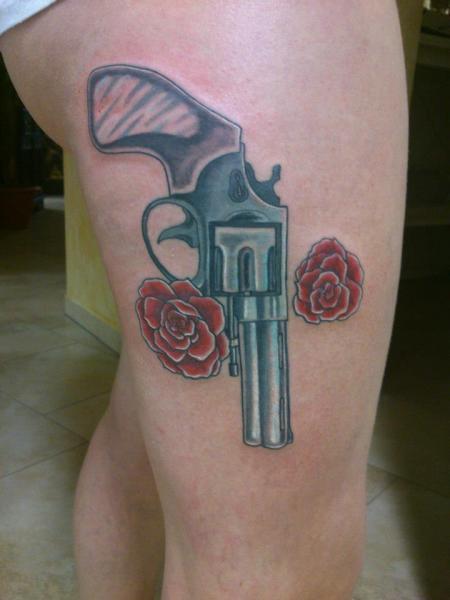 Realistische Bein Waffen Tattoo von Tattoo Helbeck