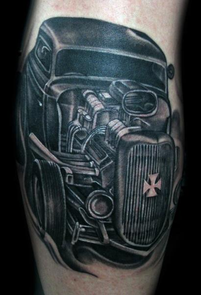 Arm Realistische Auto Tattoo von Mancia Tattoos