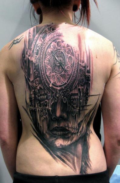 Uhr Frauen Rücken Tattoo von Mancia Tattoos