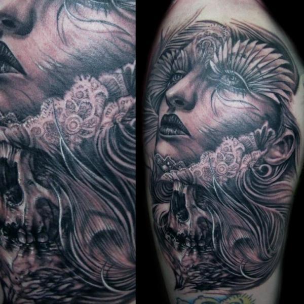 Fantasie Frauen Oberschenkel Tattoo von Mancia Tattoos