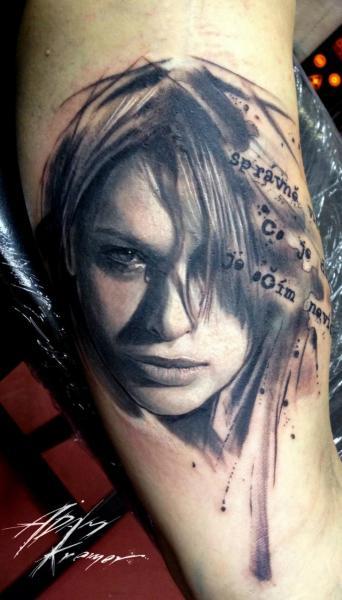 Tatuaggio Braccio Ritratti Scritte di Tribo Tattoo
