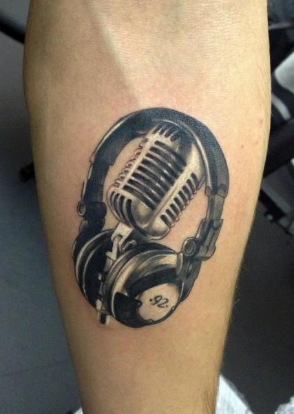 Tatuaggio Realistici Polpaccio Microfono Cuffie di Tribo Tattoo