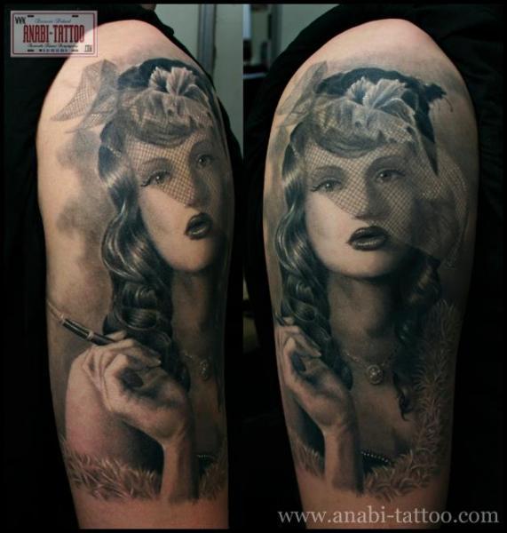 Schulter Porträt Realistische Frauen Tattoo von Anabi Tattoo
