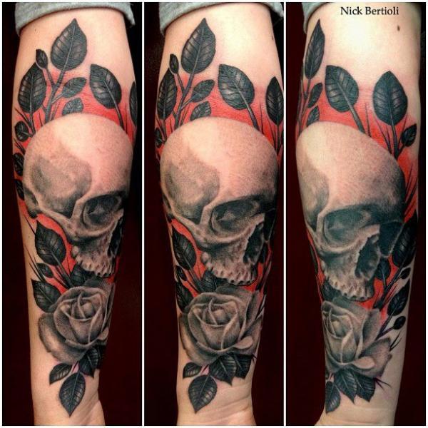Tatuaggio Braccio Fiore Teschio di Nick Bertioli