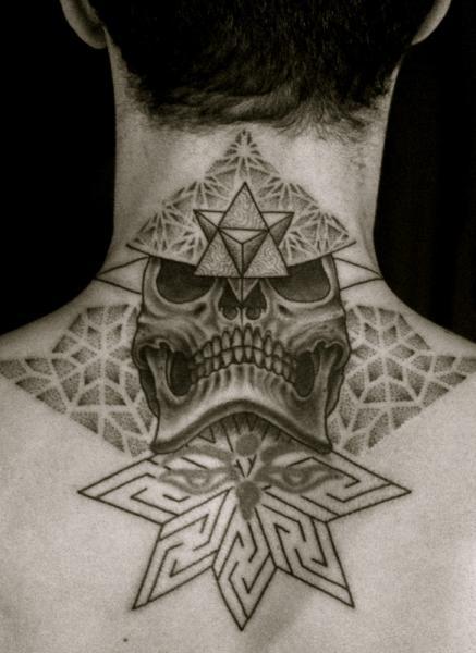 Totenkopf Rücken Nacken Dotwork Tattoo von Holy Trauma