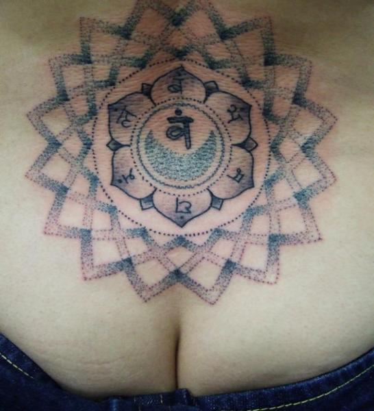 Tatuaje Dotwork Pecho por Holy Trauma