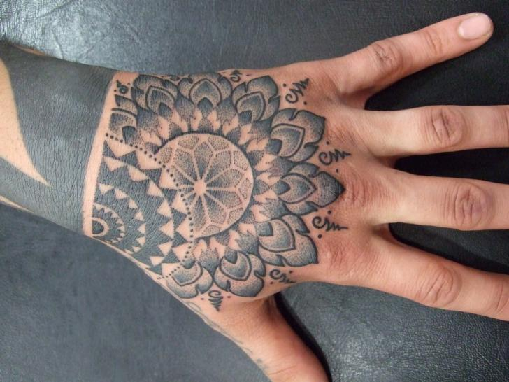 Hand Dotwork Tattoo von Holy Trauma