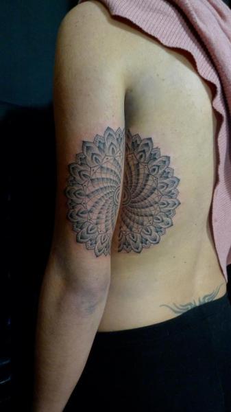 Tatuaje Brazo Lado Dotwork por Holy Trauma