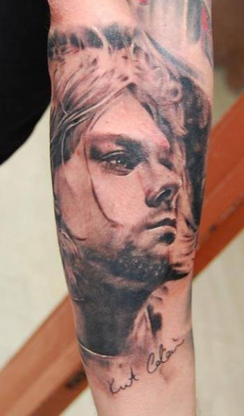 Tatuaggio Braccio Ritratti Realistici Kurt Cobain di Nadelwerk