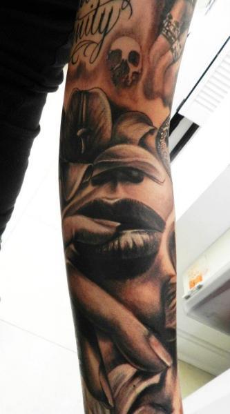 Tatuaggio Braccio Realistici Labbro di Carl Grace