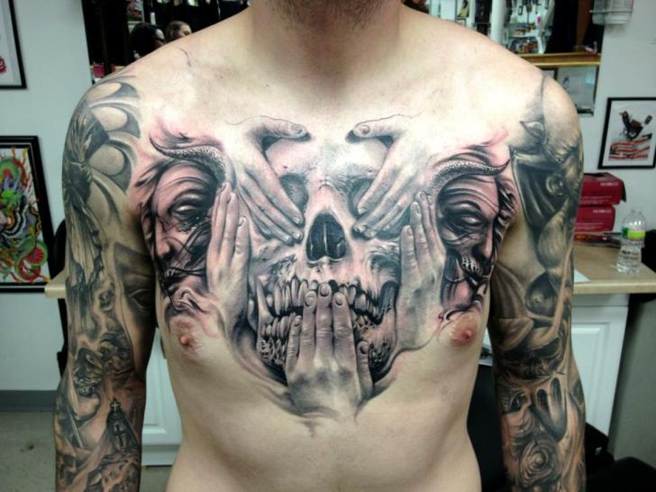Brust Totenkopf Hand Tattoo von Carl Grace