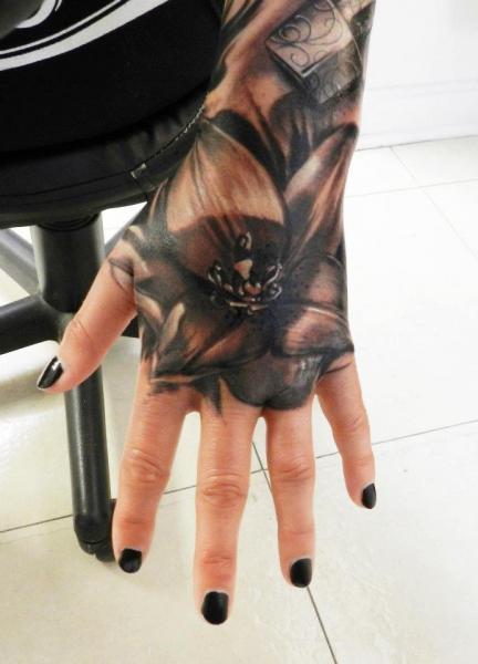 Tatuaje Flor Mano por Carl Grace