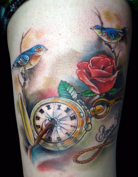 Tatuaje Realista Reloj Pájaro Muslo por Insight Studios