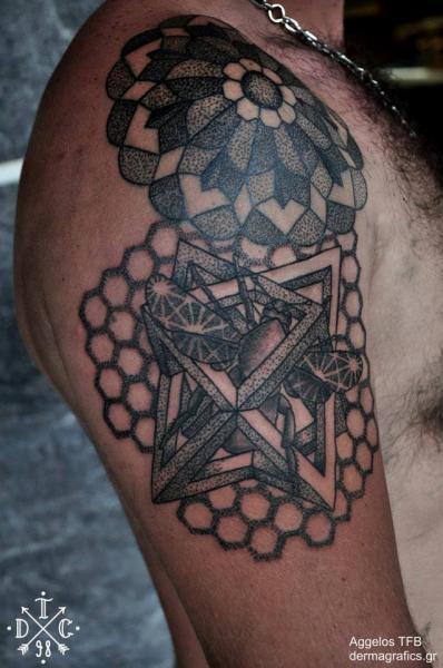 Schulter Dotwork Motte Geometrisch Tattoo von Dermagrafics