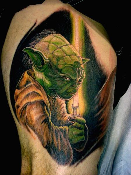Arm Fantasie Yoda Tattoo von Tora Tattoo