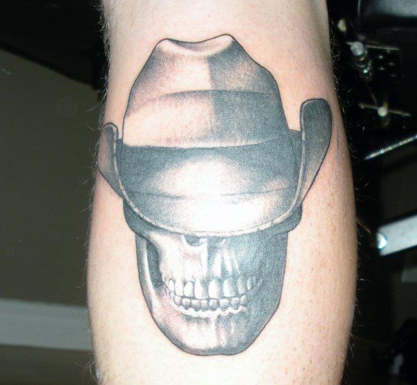 Arm Totenkopf Hut Tattoo von Tora Tattoo