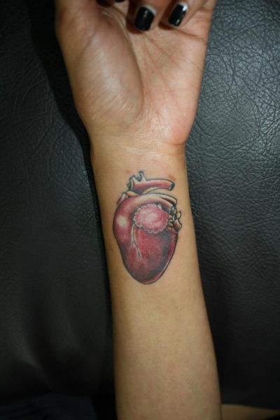 Arm Realistische Herz Tattoo von Bird Tattoo